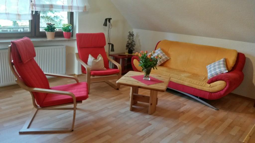 Wohnzimmer Couch und Poäng-Sessel