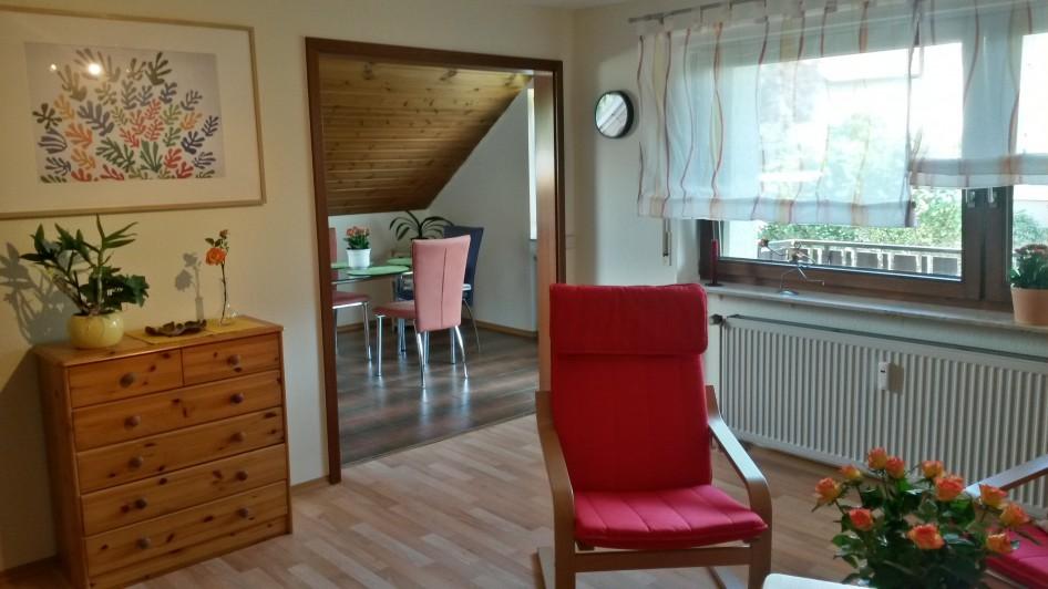 Wohnzimmer mit Blickrichtung Esszimmer und Balkon