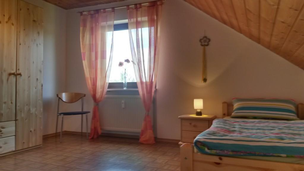 Schlafzimmer 2 - Blickrichtung Fenster.