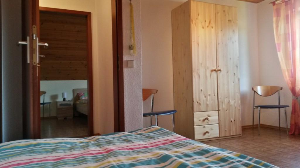 Schlafzimmer 2 - Blickrichtung Flur und Blick in das Schlafzimmer 1
