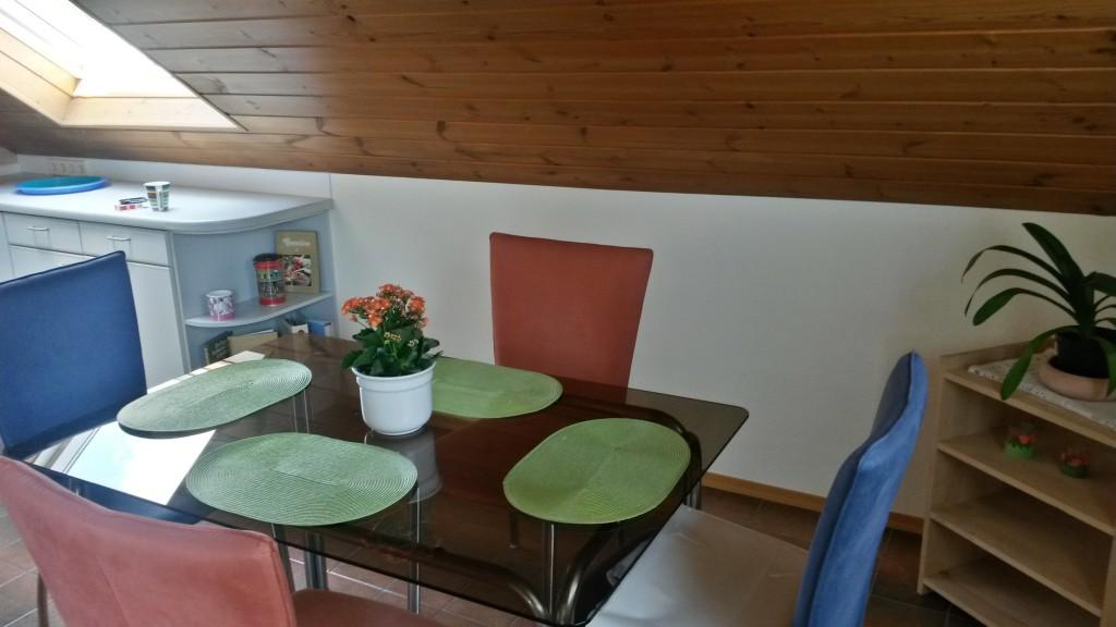 Esszimmer - Tisch und vier Stühle