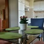 Esszimmer mit Tisch und vier gemütlichen Stühlen
