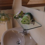 Waschbecken und Handtücher